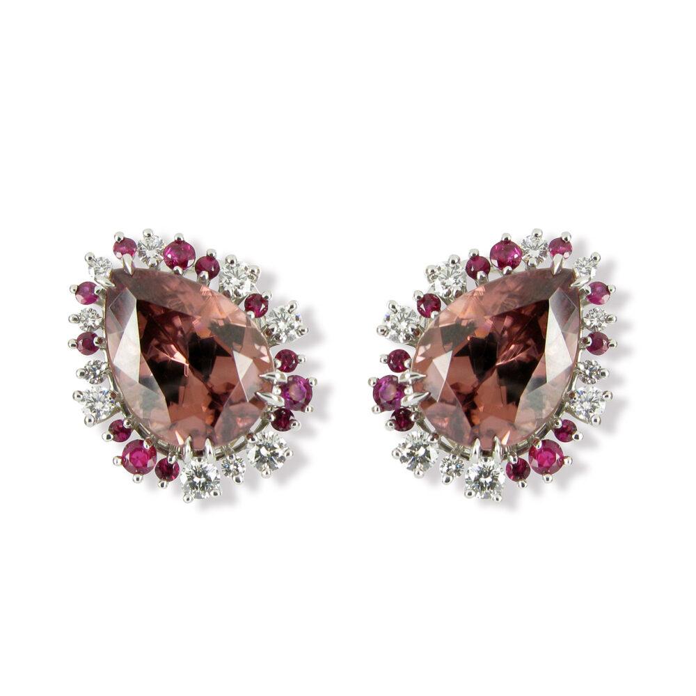 MAT.000360 MAT.0003 Ohrclips Meister Atelier\r\nin Weissgold 750 gefasst mit\r\n2 Zirkon Tropfen braun/rosa\r\nHerkunft: Tansania\r\n20 Brillanten F VVS \r\n16 Rubine Meister Atelier ear clips in 750 white gold\r\nset with\r\n2 zircon drops rose-brown \r\norigin Tanzania\r\n20 diamonds brilliant cut F VVS\r\n16 rubies 1 0 0 0 0 1 MAT 05 01383 0 0.00 0 3 100.00 0 0 0.00 1 11006.00 21727.02 23400.00 11006.00 0 0.00 0.00 20090409 0 0.00 6428 0.00 1 0.00 0 3410 0 0 0 0.00 0.00 0 0 0 \\MISRV01\Meister-Daten\europa3000 Artikelfotos\Schmuck\18322.jpg 1 1 0 0 0 0 0 0 1 0 WG 18322 4176.00 6830.00 0.00 0.00 \r\n\r\n22.05 ct\r\n\r\n1.03 ct\r\n0.76 ct O WG 2 Zirk 22.05\r\n20 Brill. 1.03\r\n16 Rub. 0.76